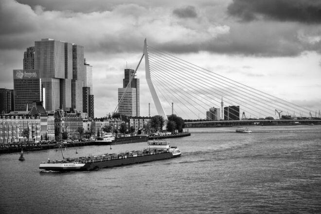 Zwart-wit foto Erasmusbrug en Kop van Zuid