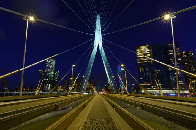 Symmetrische avondfoto van de Erasmusbrug