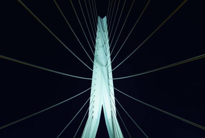 Nachtfoto van de pijler van de Erasmusbrug