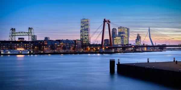 180. Skyline Rotterdam blauwe uurtje vanaf Maasboulevard