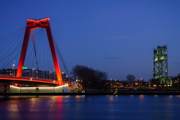 181. Verlichte Willemsbrug en De Hef