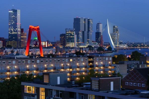 184. Skyline vanaf Oostplein tijdens het blauwe uur