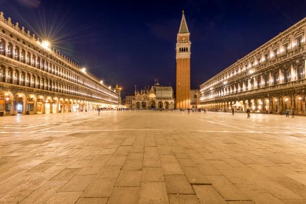 San Marcoplein in Venetië in de nacht