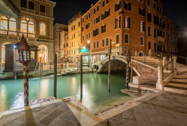 Nachtfoto Calle delle Ostreghe in Venetië