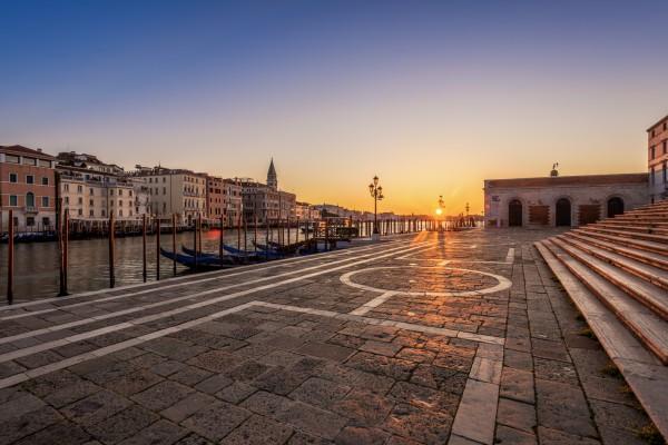 Zonsopkomst Venetië: Fondamenta Salute langs Gran Canal