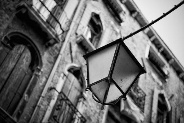 Oude straatlantaarn in Venetië (zwart-wit)